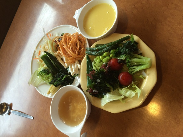 食べ放題のサラダとスープ