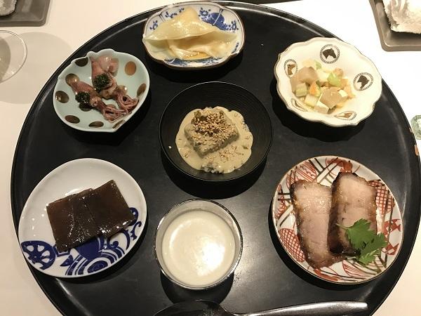 前菜(ふきのとうのスープ、こんにゃくステーキ、ホタルイカの紹興酒漬け、ワンタン、押し豆腐の五目和え、チャーシュー、ピータン豆腐)